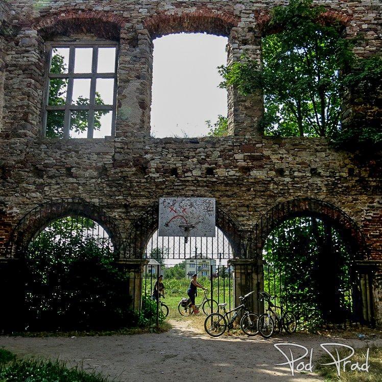Przez bramę do Pałacu Tarłów