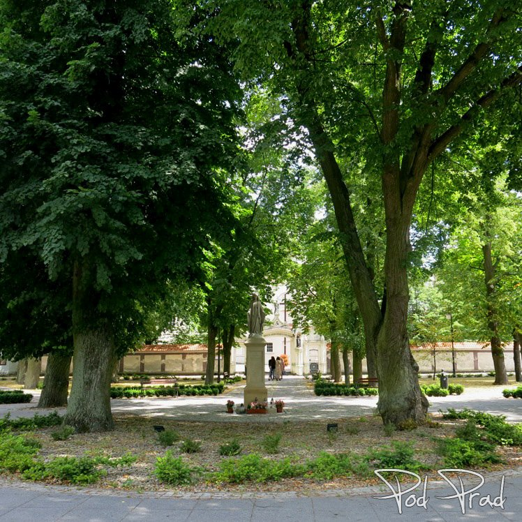 Smardzewice - przed Sanktuarium św. Anny