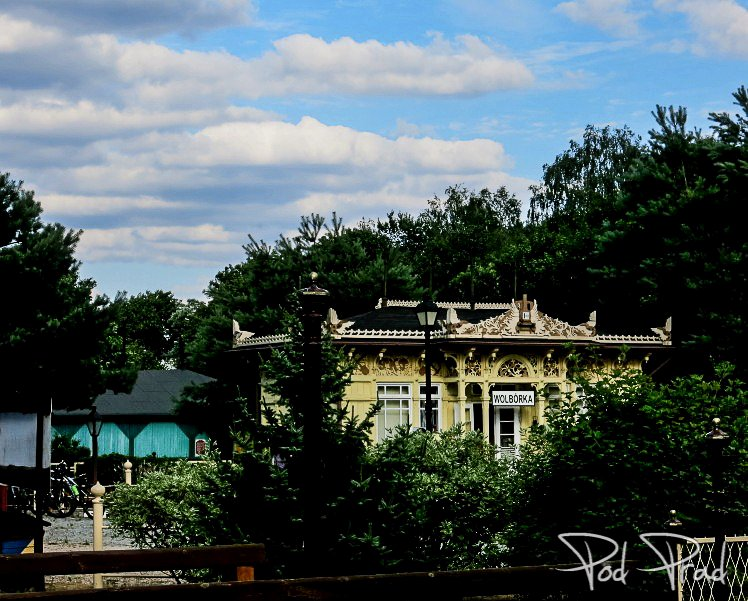 Budynek poczekalni kolejowej z przystnkau Czarnocin
